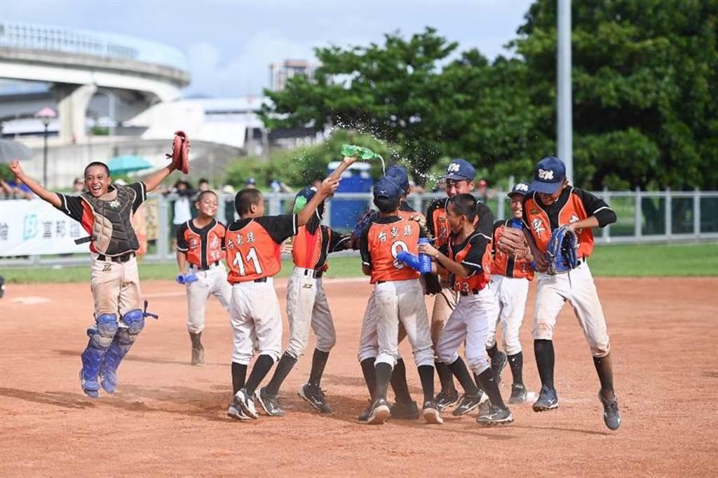 台東卑南首次參加富邦少棒賽就奪得冠軍,小球員開心不已!(中華棒協提供/廖德修台北傳真)
