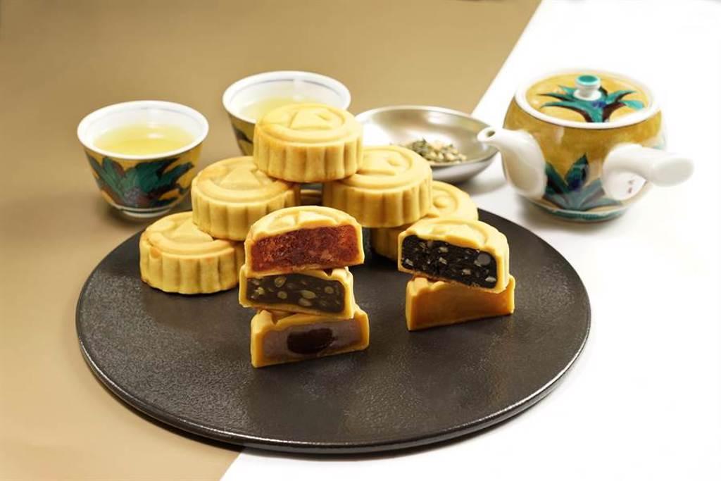 日勝生加賀屋「紫耀金月」月餅禮盒,細膩輕盈的桃山月餅。圖/日勝生加賀屋提供