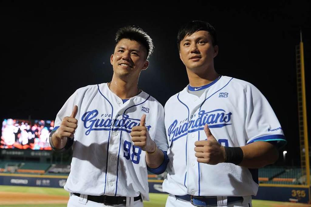 高國輝(右)、高國麟(左)兄弟今日又同場開轟,幫助富邦悍將擊敗中信兄弟。(資料照/杜宜諳攝)