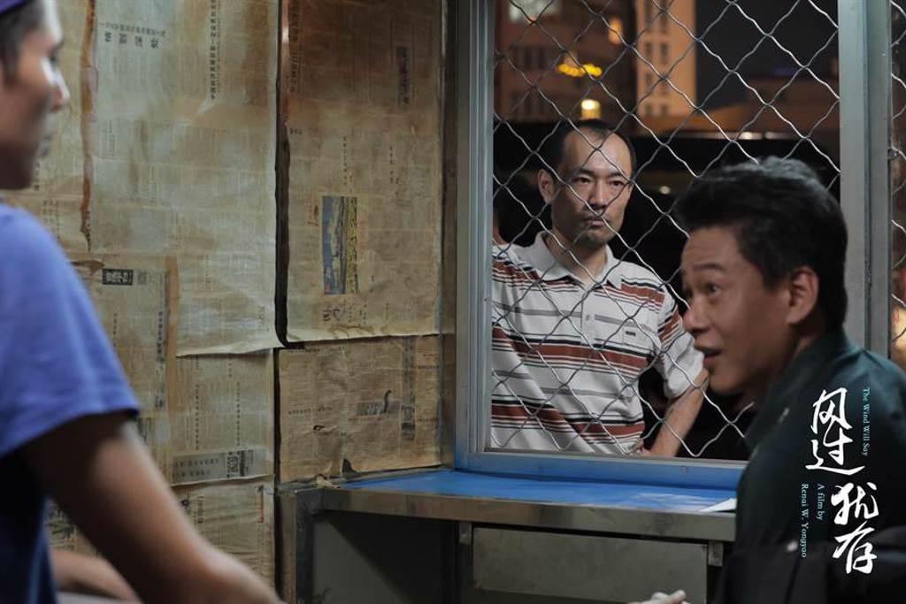 李康生在片中飾演遭遇中年危機的報社編輯。(《風過猶存》劇組提供)