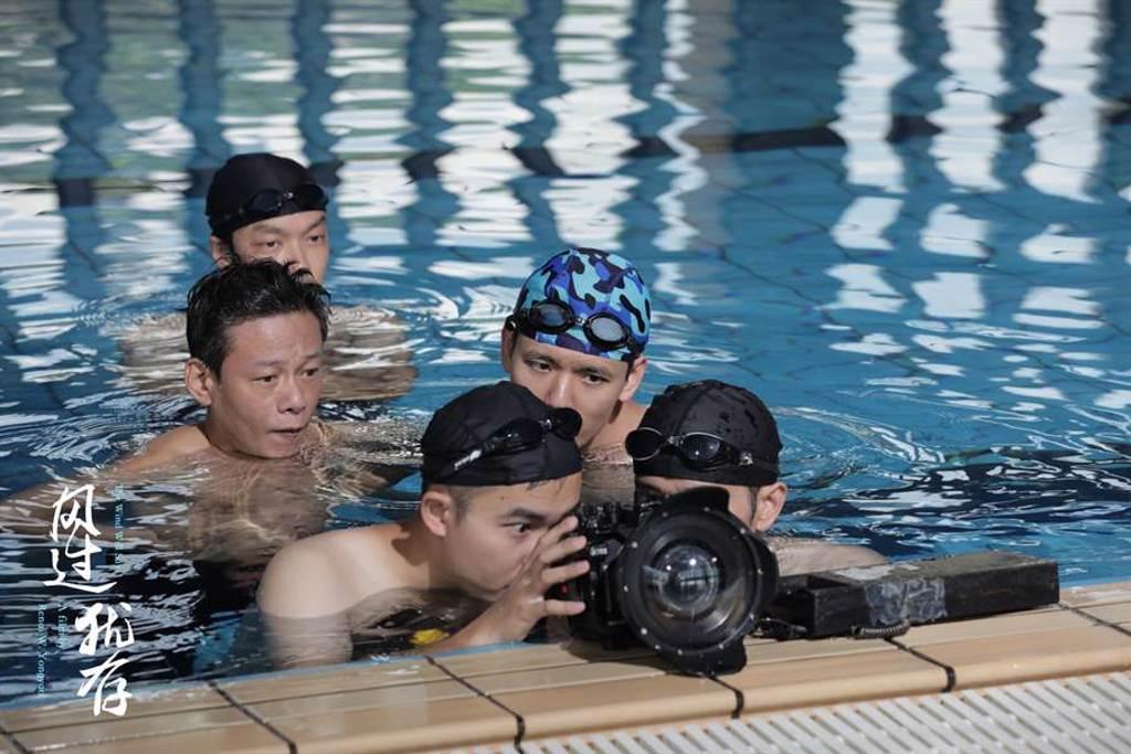 李康生為新戲學游泳。(《風過猶存》劇組提供)