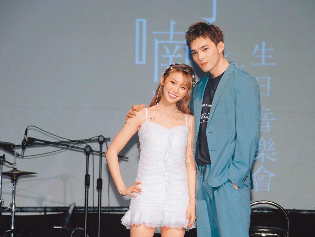 采子(左)昨舉辦生日音樂會,好友黃偉晉站台。 (羅永銘攝)