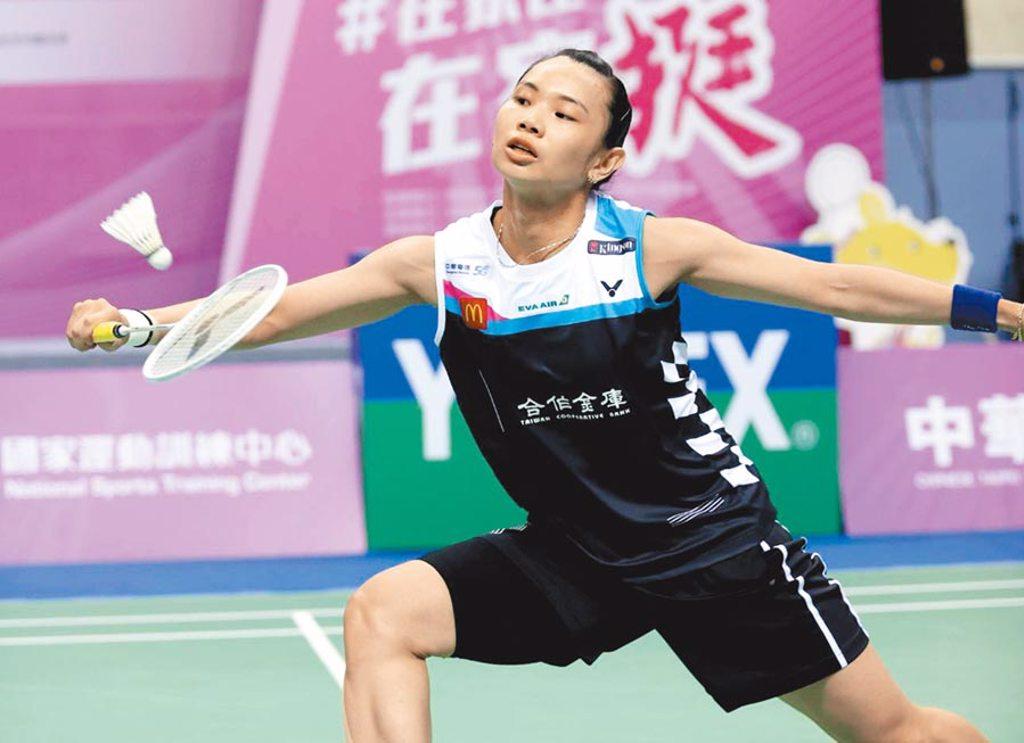 戴資穎在模擬東京奧運對抗賽單挑男選手林家翾,以2比1獲勝。(國訓中心提供)