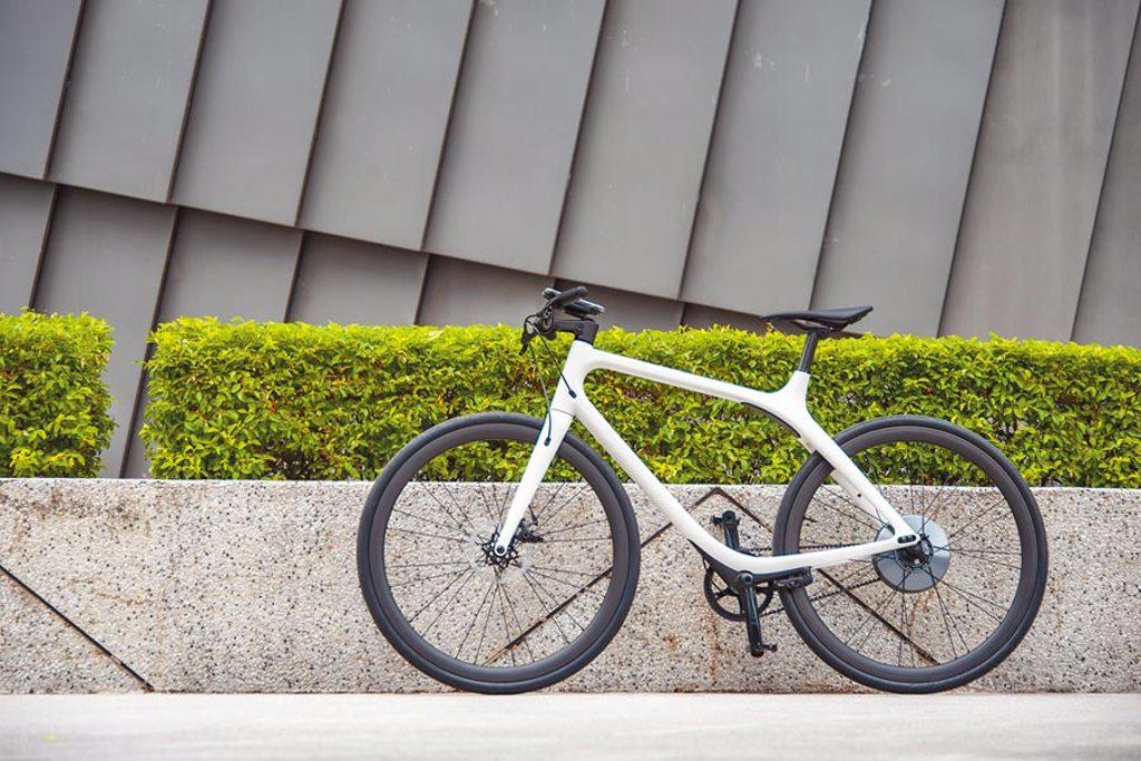 Gogoro Eeyo 1s為專屬暖白配色,外觀採特殊的無立管設計,簡約有型,售價13萬9980元。(陳大任攝)