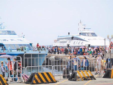 人力跨海支援 觀光業百里長征