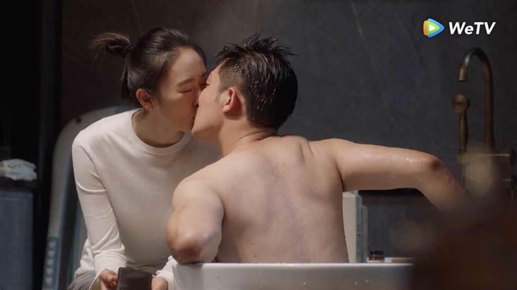 李澤鋒(右)在《三十而已》難掩偷吃罪惡感,在浴缸前吻童瑤掩蓋偷吃行徑。(WeTV提供)