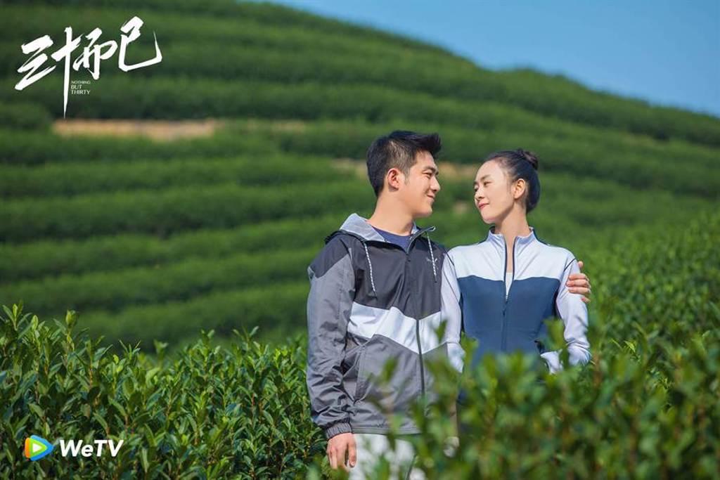 童瑤(右)《三十而已》面臨老公李澤鋒出軌。(WeTV提供)