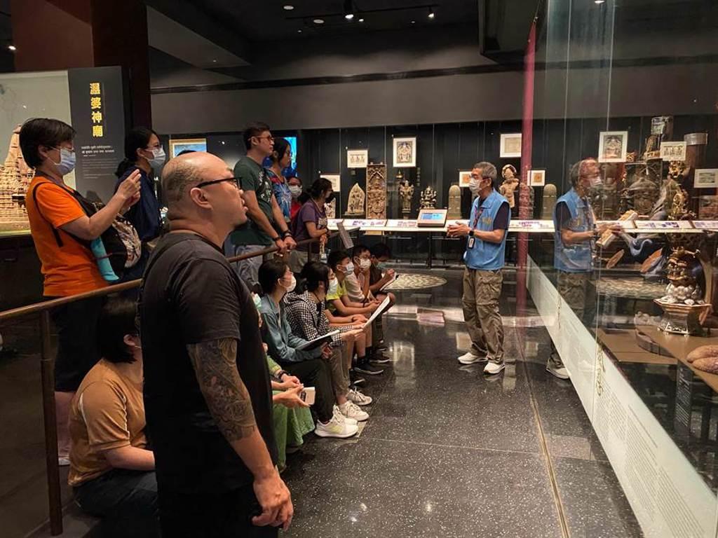 世界宗教博物館「動物守護神:漫畫文創加值工作坊」,由導覽人員解說4個典藏品。(世界宗教博物館提供)