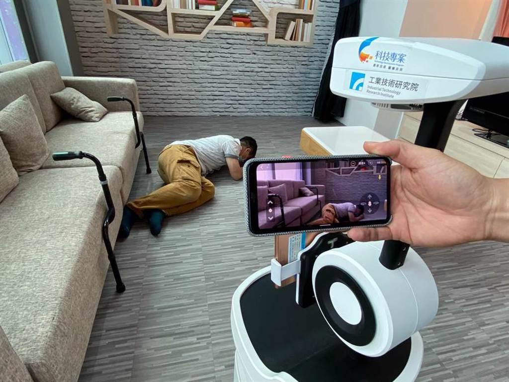 工研院研發的「PECOLA樂齡陪伴機器人」,可協助子女陪伴獨居長者,並彙集資訊給子女,讓遠方子女不再擔心家中長輩安危。(陳育賢攝)