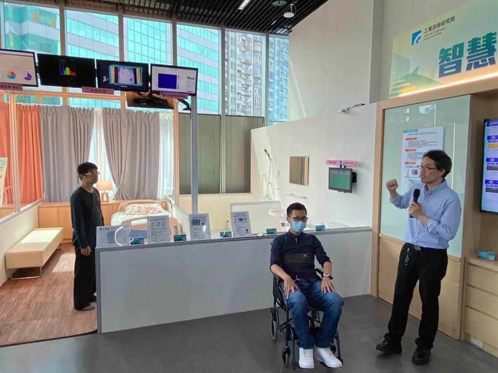 工研院打造「智慧長照大聯盟」,針對半臥床或臥床者,可透過「醫疾幫生理監測平台」,長者只需配戴輕薄量測器,就能紀錄體溫等4項關鍵生理數據。(陳育賢攝)