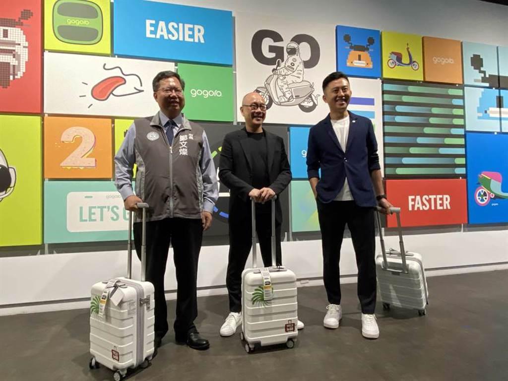 新竹市長林智堅(右)為宣傳10月登場的台灣設計展,3日在桃園市長鄭文燦(左)陪同下前往睿能(Gogoro)創意公司。(蔡依珍攝)