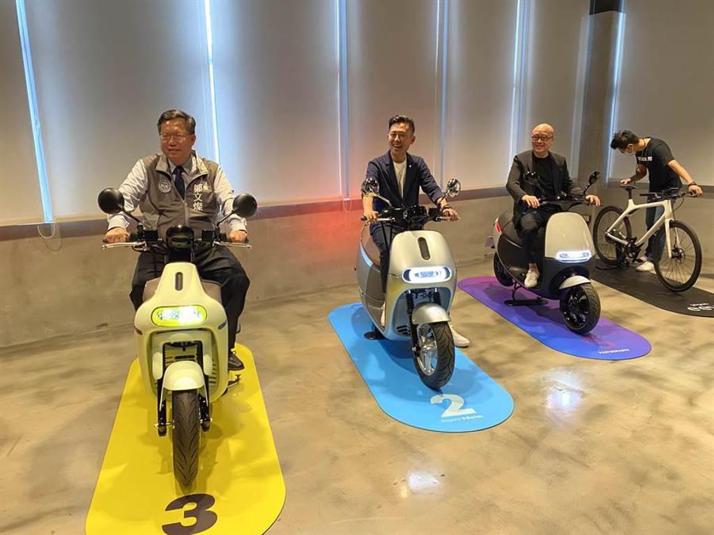 新竹市長林智堅(中)為宣傳10月登場的台灣設計展,3日在桃園市長鄭文燦(左)陪同下前往睿能(Gogoro)創意公司。(蔡依珍攝)