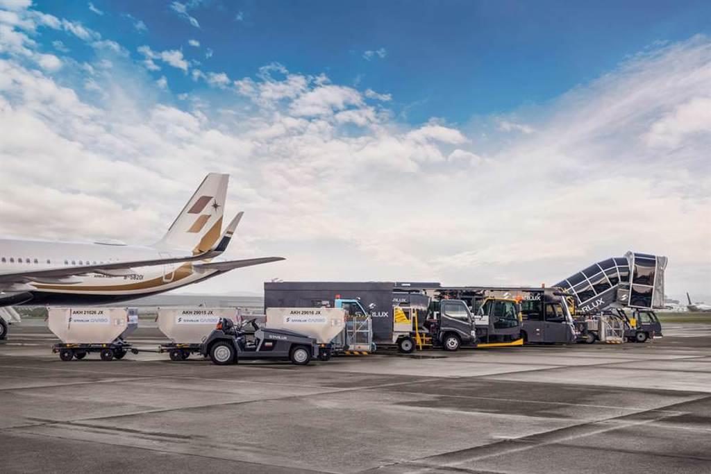 星宇航空「KLOOK好想出國」活動將安排多種勤務車隊於機坪一字排開迎接旅客。(圖/星宇航空提供)