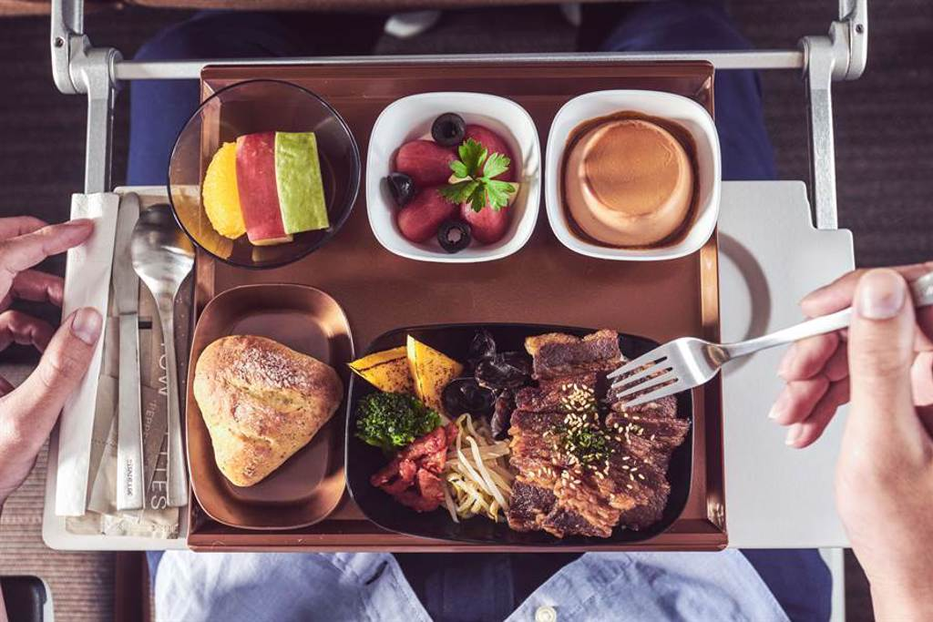 JX8888經濟艙旅客可享用燒肉名店「胡同燒肉」的醬燒豬五花丼。(圖/星宇航空提供)
