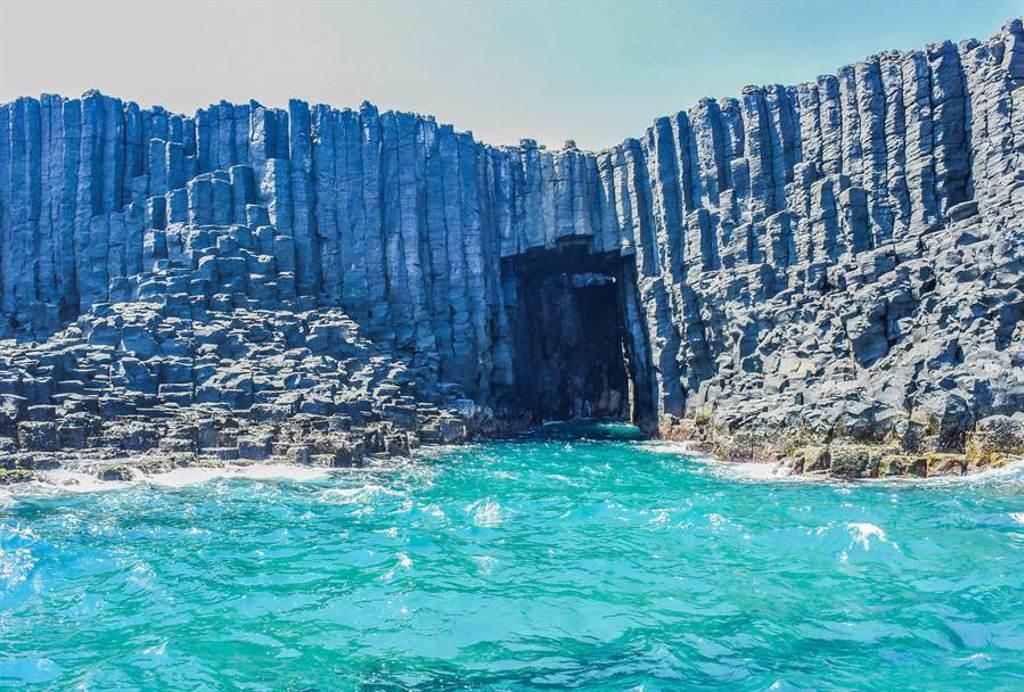 最受媽媽們青睞的「偽出國旅遊勝地」第一名,正是人氣最旺的「澎湖藍洞」。(圖/Shutterstock)