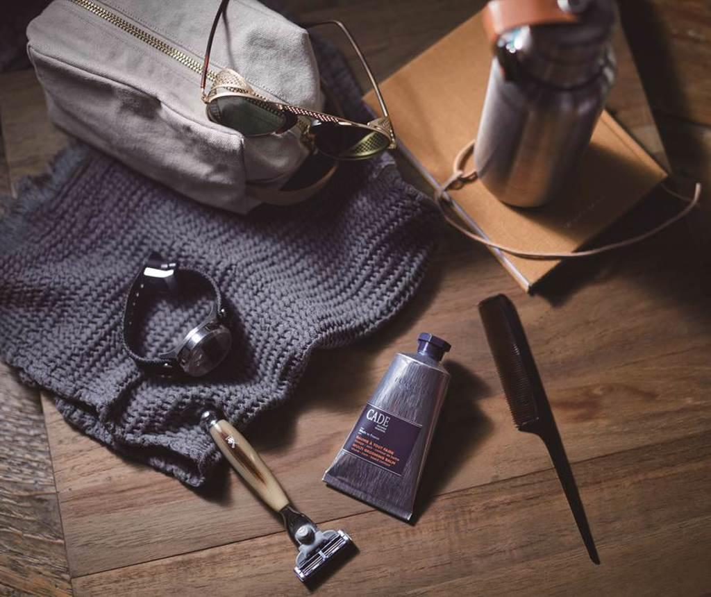 簡約男士系列包裝採用可回收的牛皮紙板製作,外盒上印有杜松樹輪花紋;成份不含矽與苯氧乙醇防腐劑,不會對於肌膚造成過分負擔,散發給人沉穩內斂的辛香木質香調。。(圖/品牌提供)