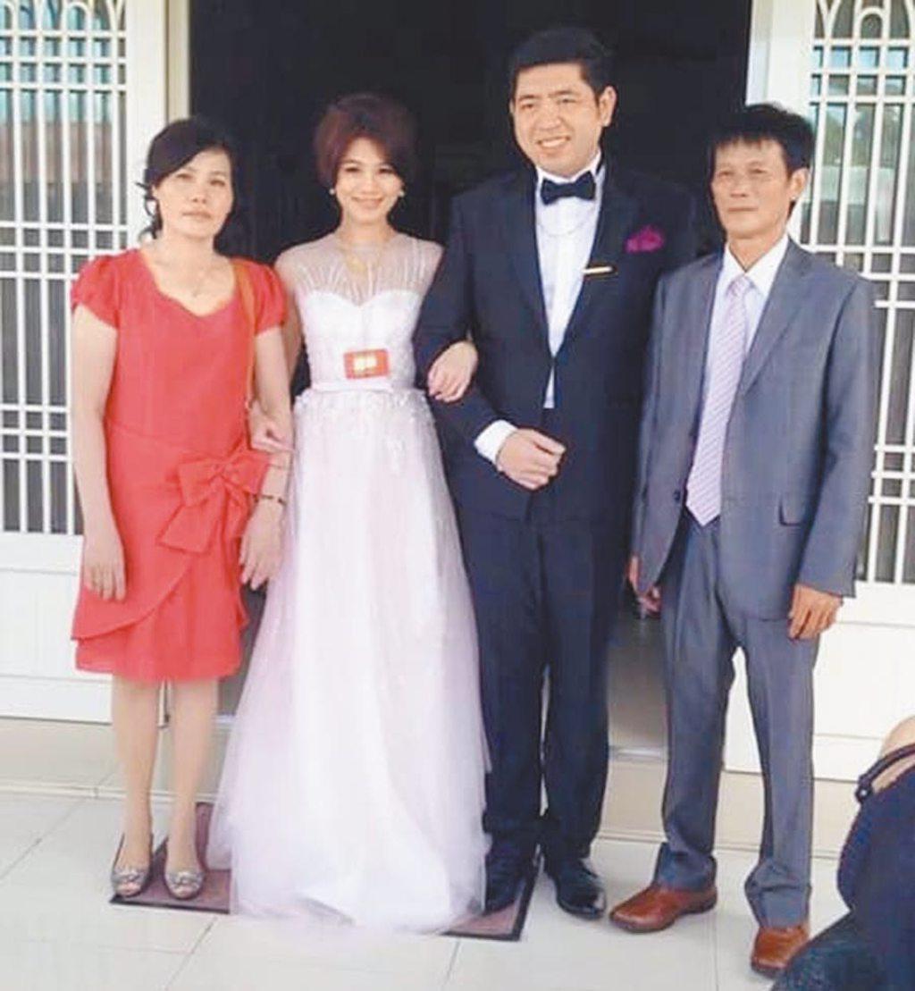 朱海君(左二)與Nono(右二)訂婚時,朱父(右)、朱媽笑容滿面。(資料照片)