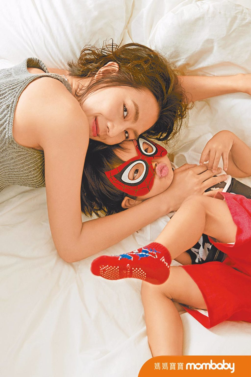 林辰唏(左)與戴著英雄面罩的兒子一起拍攝雜誌封面。(《媽媽寶寶》提供)