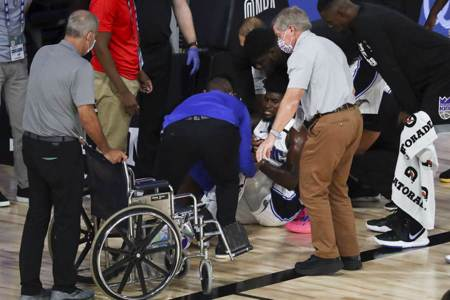 NBA》驚悚畫面重現 魔術小將坐輪椅離場