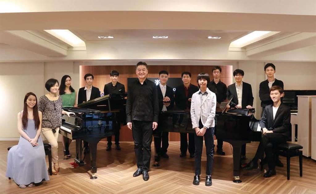 鋼琴家葉綠娜(左二)與指揮家廖嘉弘(中),將帶著多位子弟兵,演奏巴哈鍵盤鋼琴協奏曲。(新象提供)