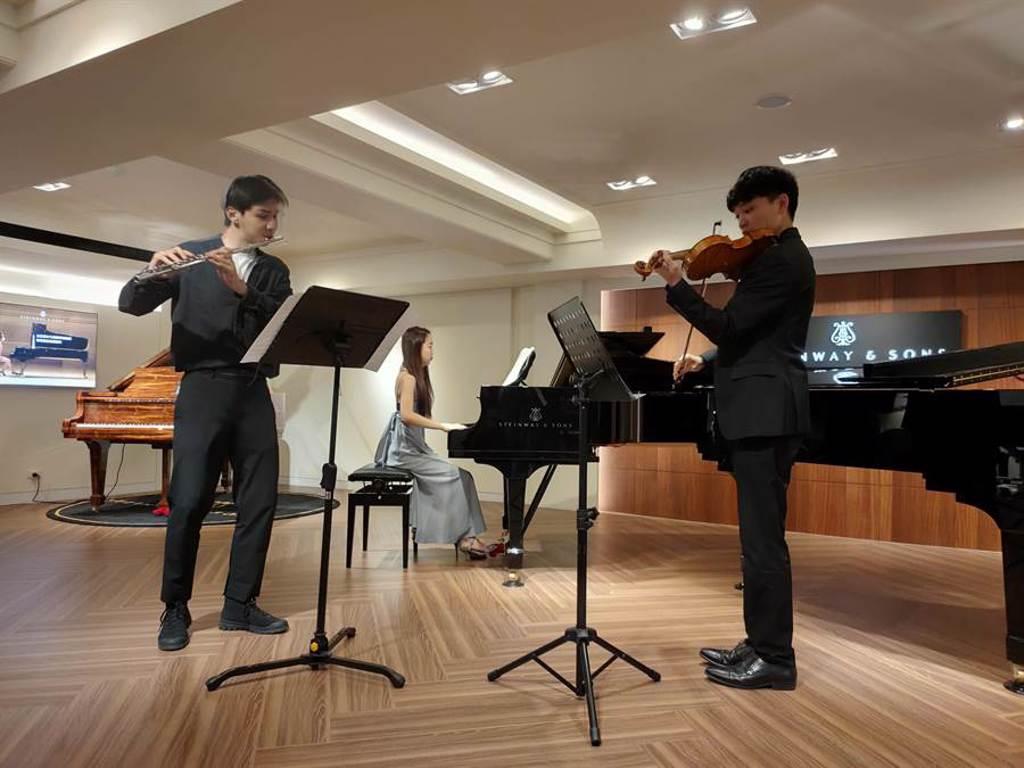 長笛家楊智越(左起)、鋼琴家陳禹如、小提琴家白宇捷,將同台演奏巴哈為長笛、小提琴及鍵盤而作的協奏曲。(新象提供)