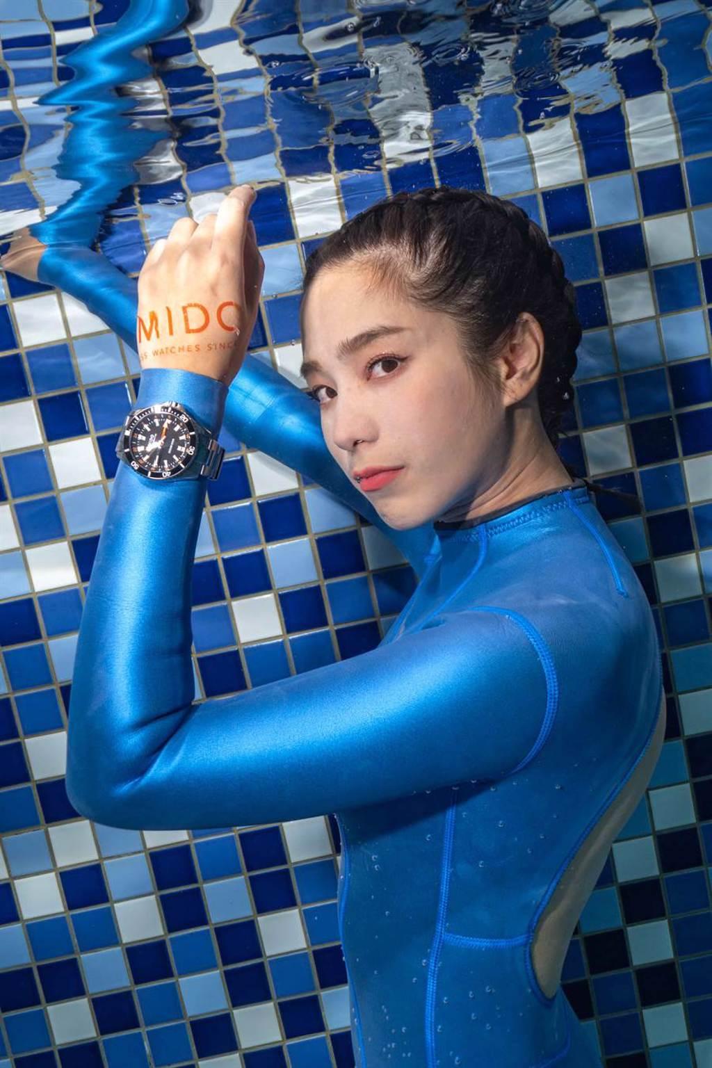 温貞菱濕身處女秀挑戰水下攝影 攜手美度表化身美人魚(圖/品牌提供)