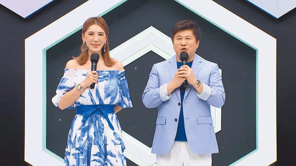 胡瓜(右)、小禎近日主持《地球人請回答》。(中天綜合台提供)