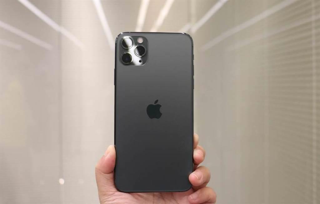 圖為蘋果在 2019 年推出的 iPhone 11 Pro Max。原本業界傳出接班的 iPhone 12 Pro 系列有望支援 120Hz 螢幕更新率,但近期又被分析機構打臉。缺少此一特色恐會讓不少消費者略感失望。(黃慧雯攝)