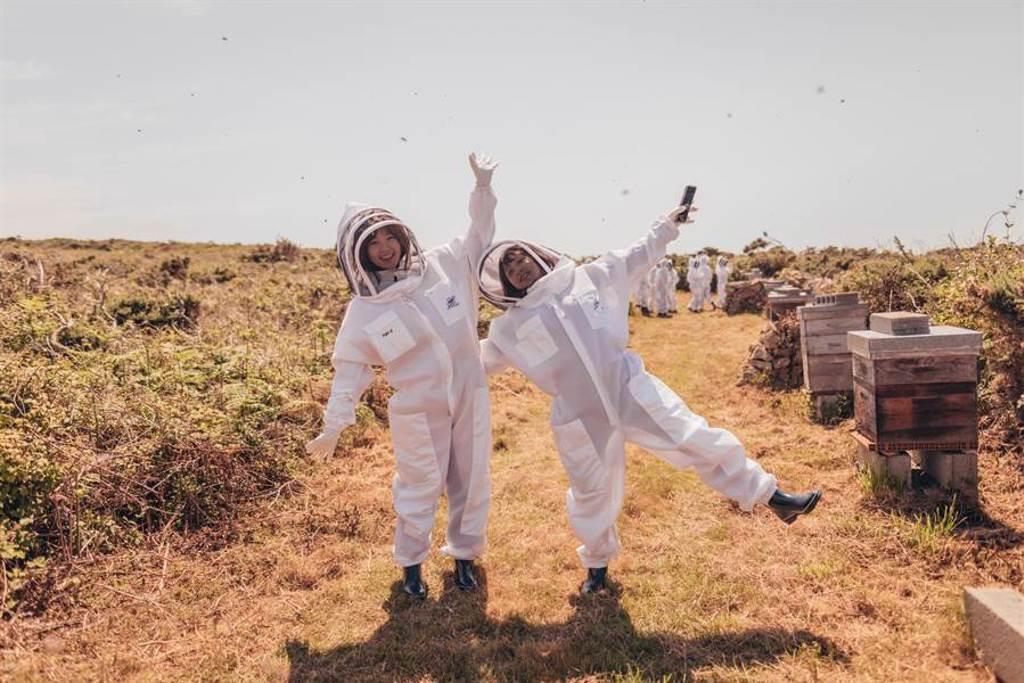 郭雪芙受嬌蘭法國總部之邀,前往皇家蜂王乳系列的發源地法國烏埃尚島探尋黑蜂生態。(嬌蘭提供)