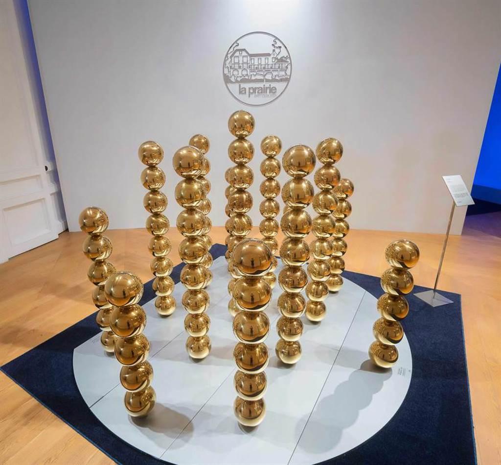 法國藝術家 Cyril Lancelin,以黃鑽魚子珍珠為靈感,創造沉浸式裝置作品,玩味金屬球體的堆疊,雕塑出逆反重力象徵。(La Prairie 提供)