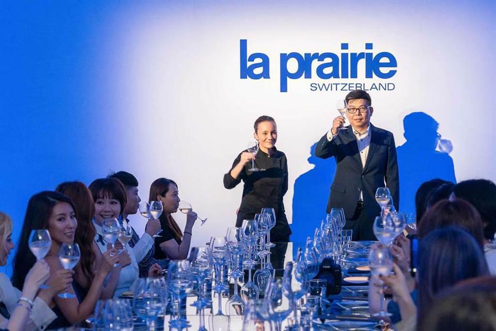 La Prairie 萊珀妮台灣總經理Anderson(右)與L_Atelier de Joël Robuchon Taipei主廚Florence Dalia(左)歡慶「黃鑽魚子緊俏拉提精華」嶄新傳奇的誕生。(La Prairie 提供)