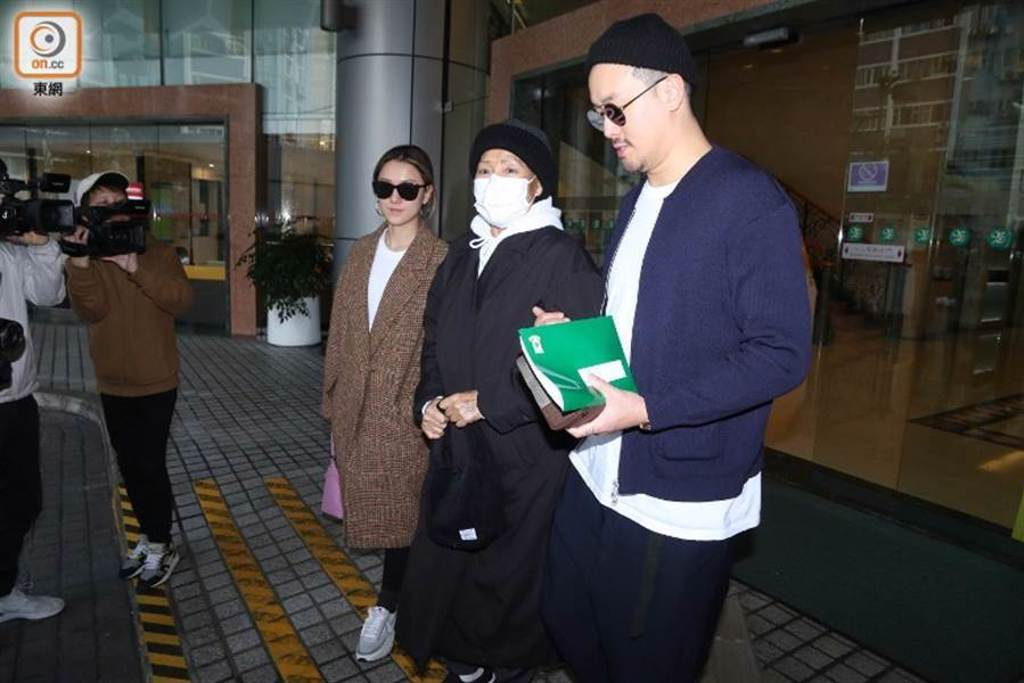朱錫珍今年1月在兒子曾國祥與媳婦攙扶下,步出醫院。(取自東網)