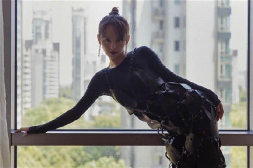 《延禧》最美妃子細肩帶內衣外穿 正面超狂鏤空曝側峰(圖/摘自微博@ 校草校花精选)