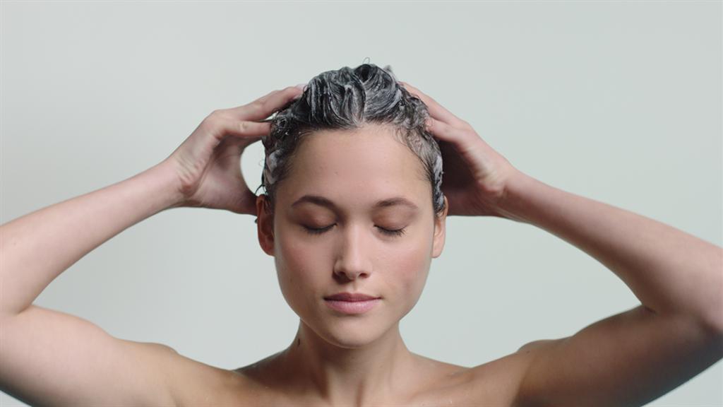 夏季在家來一場沁涼的頭皮保養,不但療癒還可以改善頭皮出油、油頭味。(圖/品牌提供)