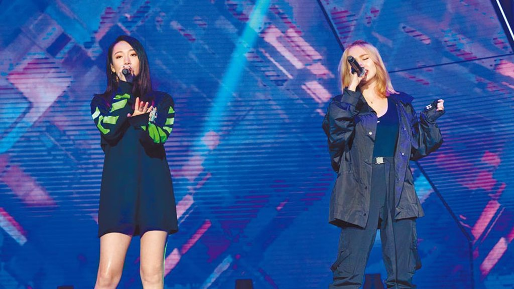陳芳語(右)、吳卓源在節目中合唱〈Better〉。(《菱格世代DD52》提供)