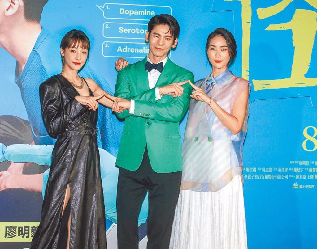 謝欣穎(左)與鍾瑶(右)在片中爭搶林柏宏。(粘耿豪攝)