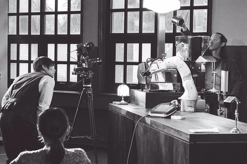 編舞家黃翊預計打造定目劇《機器人咖啡館》,讓觀眾走進咖啡店,周邊有真人舞者和機器人與觀眾互動。(許斌攝/黃翊工作室+提供)