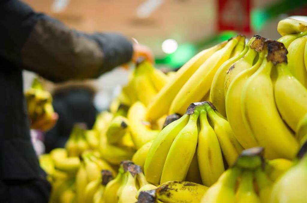 超市香蕉區驚見褐色巨物 咬一口「一柱擎天」4小時(示意圖/達志影像)