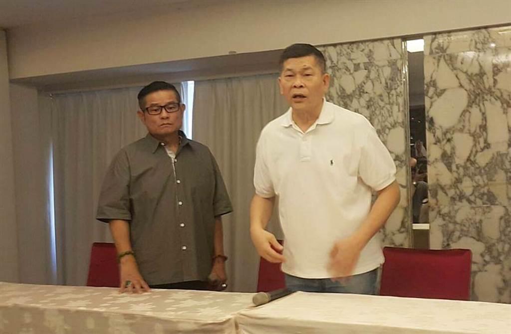 澎恰恰(右)在許效舜(左)的陪同下,開記者會宣布破產。(圖/吳維書攝)