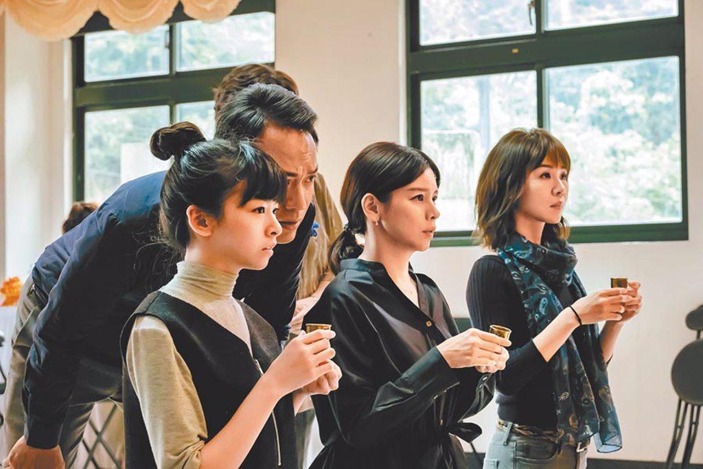 謝盈萱(右起)、徐若瑄在片中飾演姊妹。(威視電影提供)