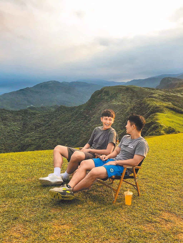 柯震東(左)與蔡昌憲為「換你作東」企畫上山下海。(禾豐九路提供)