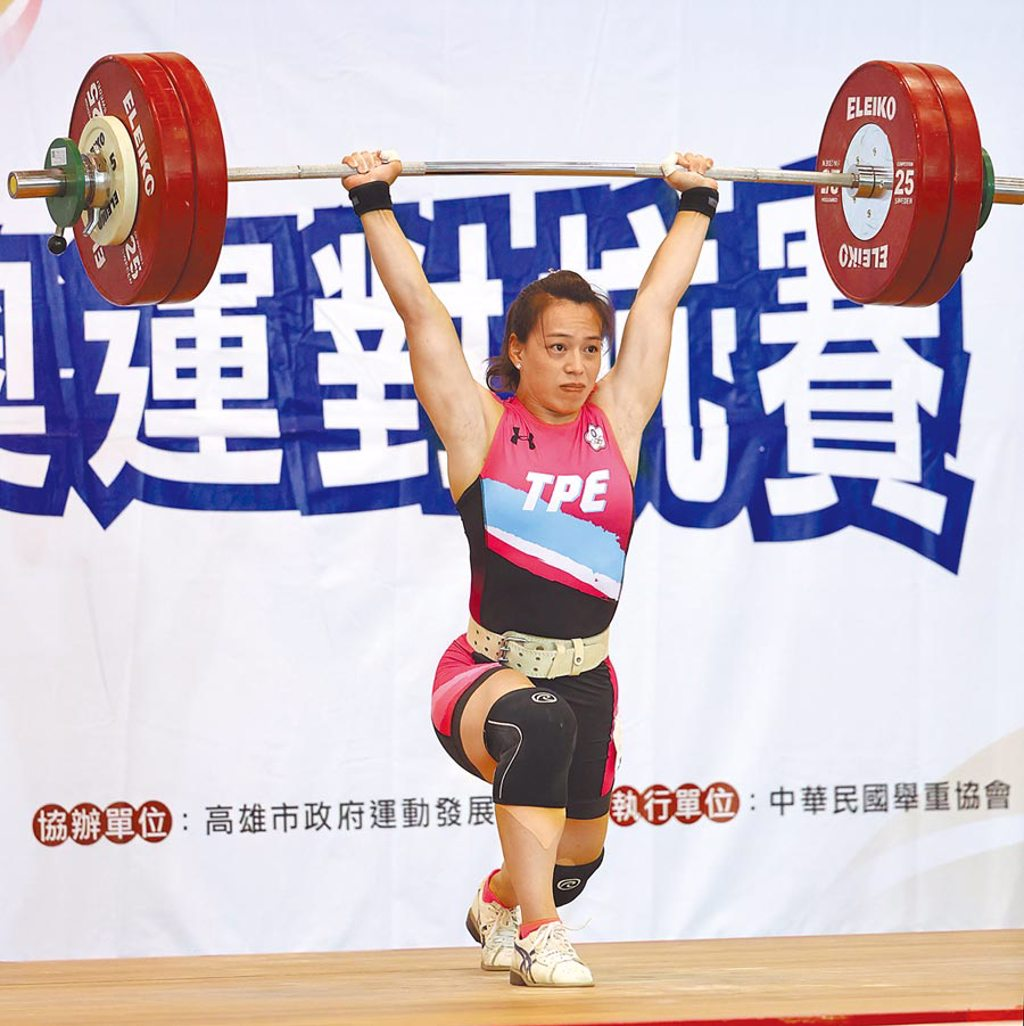 郭婞淳在模擬東京奧運對抗賽女子舉重項目收下第一名。(國訓中心提供)