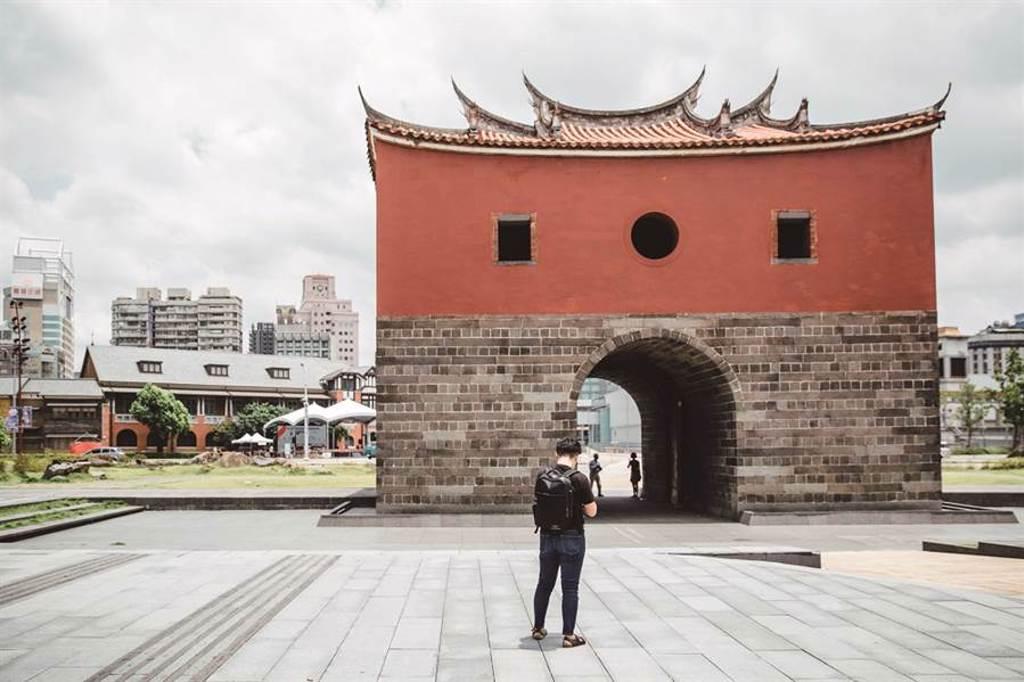繪畫是諾米記錄與認識台北的方式。(圖/林冠良攝)