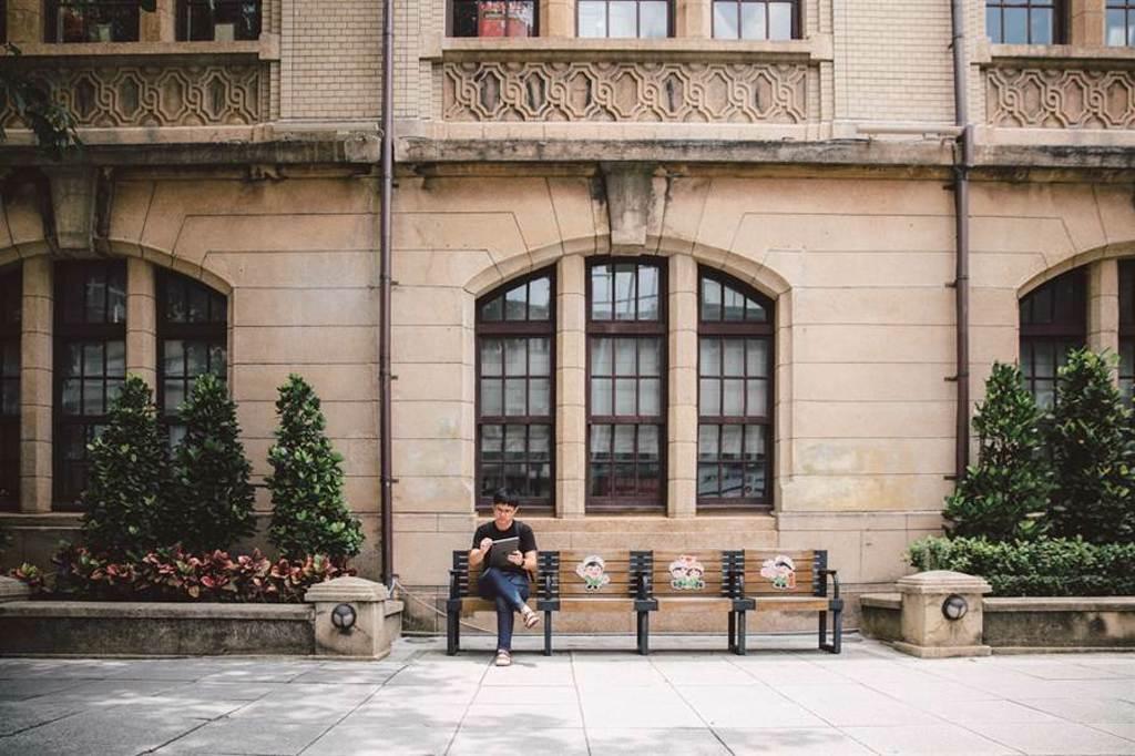 寫生需要專注的觀察力,諾米推薦可以坐在台北郵局前,全心感受周邊建築的細節。(圖/林冠良攝)