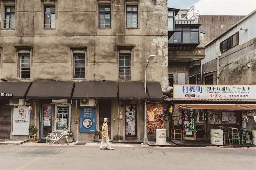 赤峰街的新舊交融,令人十分享受漫步其中的感覺。(圖/林冠良攝)