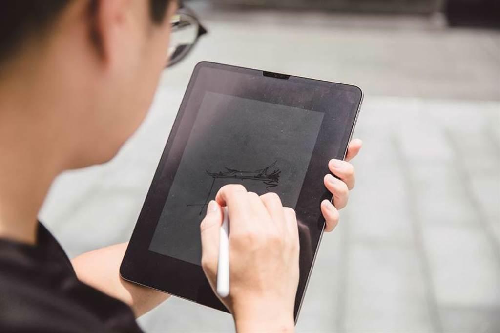 由於平板可以無限次書寫,比起傳統筆記本更加便利,因此成為諾米主要使用的繪製工具。(圖/林冠良攝)