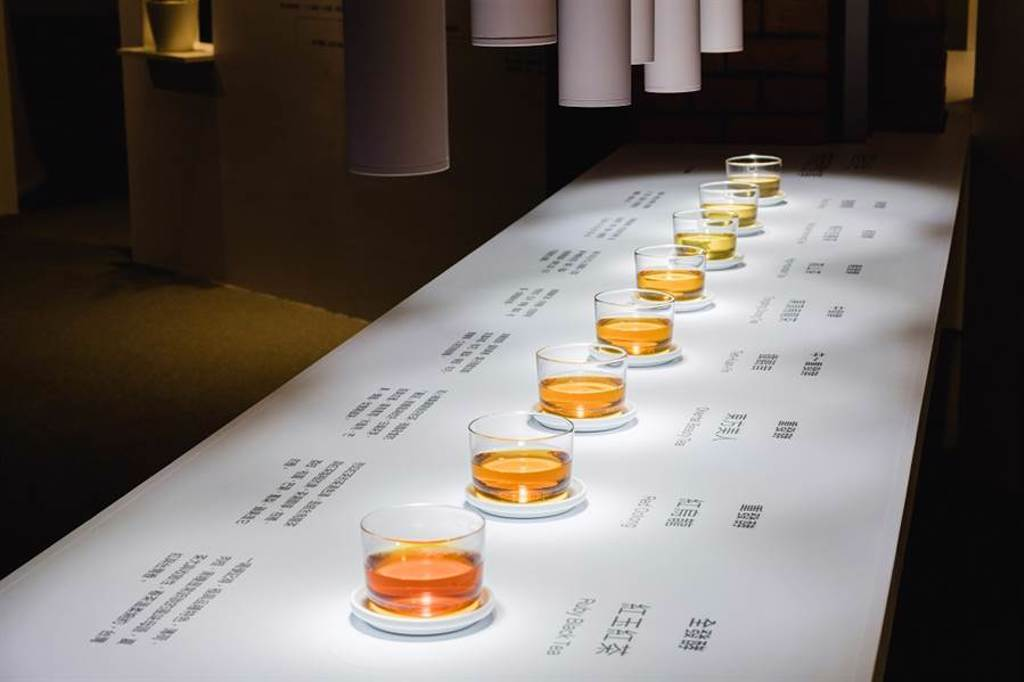 「TeaWave 茶香流動展」展示台灣8 大特色茶的茶湯色澤,民眾可藉此認識茶的湯色與香氣會隨茶葉氧化程度而變化出不同層次。( 圖/ TeaWave 茶香流動展)