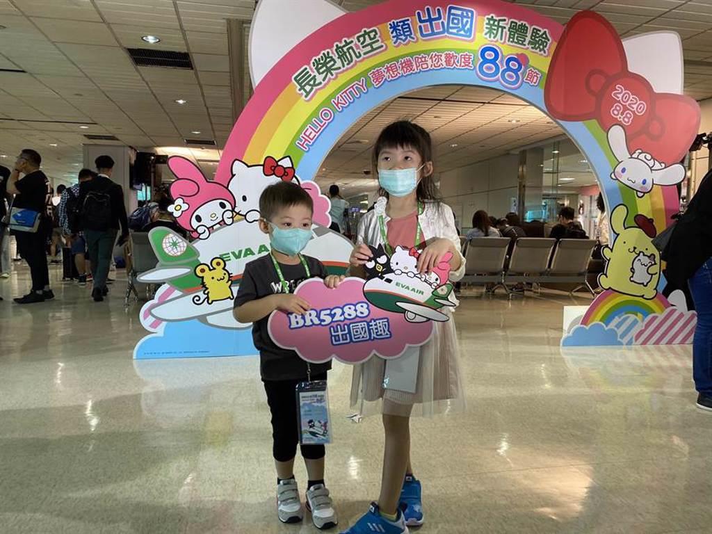 長榮航空規劃BR5288(我愛爸爸)類出國專案航班,今日載著309名旅客起飛。(陳祐誠攝)