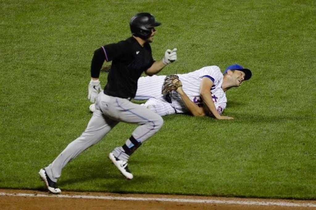 馬林魚喬依斯(Matt Joyce)跑壘經過大都會投手休斯(Jared Hughes)身旁。(美聯社)