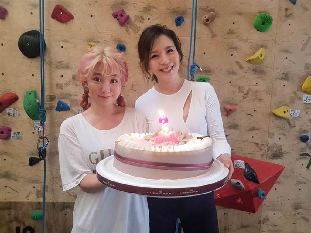 郭書瑤帶著生日蛋糕現身祝福劉品言生日。(鴻言娛樂提供)